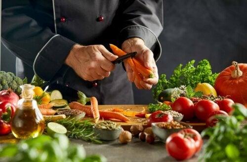 Gemüse-Couscous - Mann schält Karotte