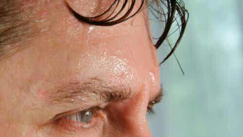 extreme Temperaturen - Mann mit Schweiß auf der Stirn