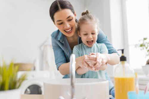 kinderfreundliche Badezimmergestaltung - Mutter mit Kind