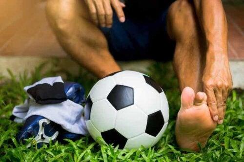Die unteren Extremitäten von Fußballspielern sind häufig von Verletzungen betroffen