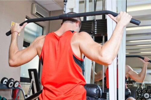 Der Bauchgriff: Die Handflächen zeigen nach unten, die Knöchel nach oben