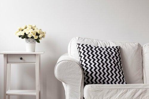 Sofa - weiß mit schwarz-weißem Kissen