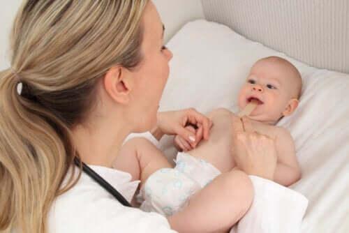Verkürztes Lippenbändchen bei Babys - Symptome und Behandlung