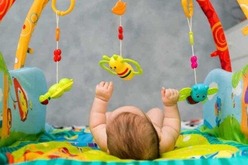 Kontrastreiche Objekte üben eine große Anziehungskraft auf die Kleinen aus