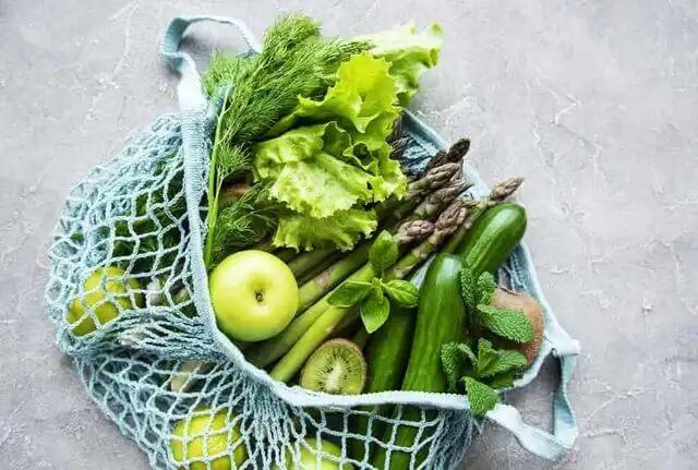 Eine Auswahl an grünem Gemüse und grünem Obst.