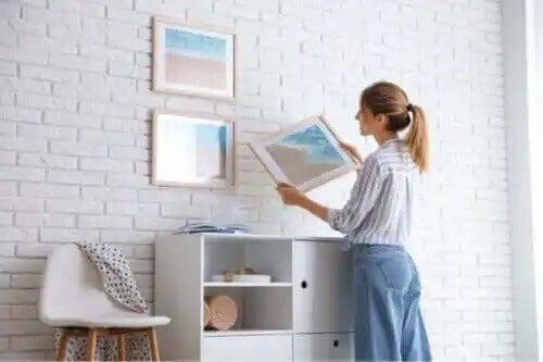 Bilder aufhängen, ohne die Wand zu beschädigen - 7 Tipps
